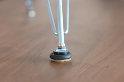 グライズキャップを装着した日本製イームズエッフェルベース