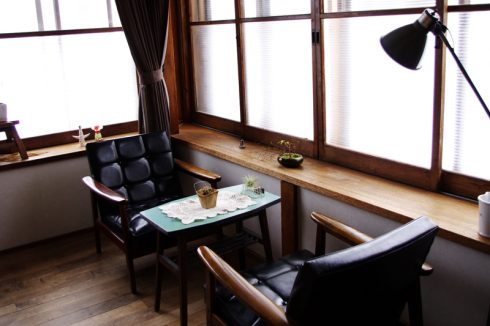 カリモク60 ソファ Kチェアスタンダードブラックのあるタイムスリップしたようなレトロカフェ空間