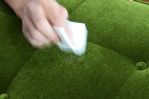 カリモク60 ソファ Kチェア モケットグリーンにかけたカレーを叩くようにしながらティッシュで拭き取る