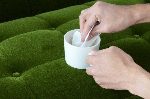 カリモク60 ソファ Kチェア モケットグリーンにかけたカレーの汚れをぬるま湯につけたティッシュを使って落とす
