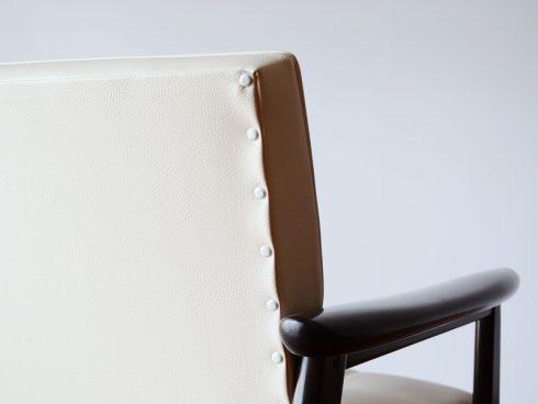 オシャレなソファの定番カリモク60 Kチェア スタンダードアイボリーは白の太鼓鋲