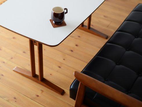 カフェテーブルは2本足だから出入りがしやすい