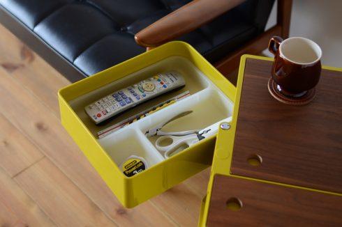 ボビーワゴンのトレーの中にはリモコンやリビングで使う小物を収納