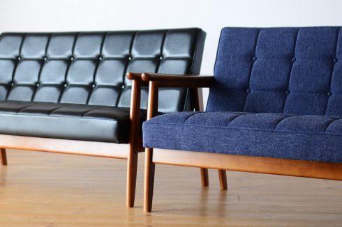 メンズライクなブラックのソファと中性的なブルーのソファ
