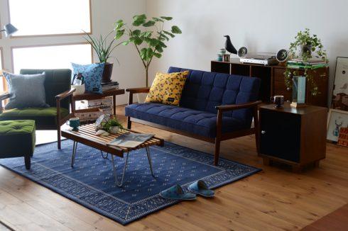 どこか中性的な印象なブルーのソファ Kチェア タープブルー