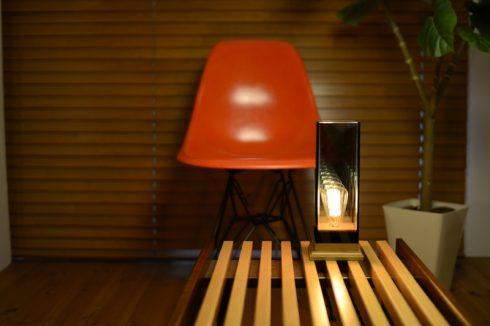 イームズチェアとムードのある照明に826STANDARD UNITのベンチ