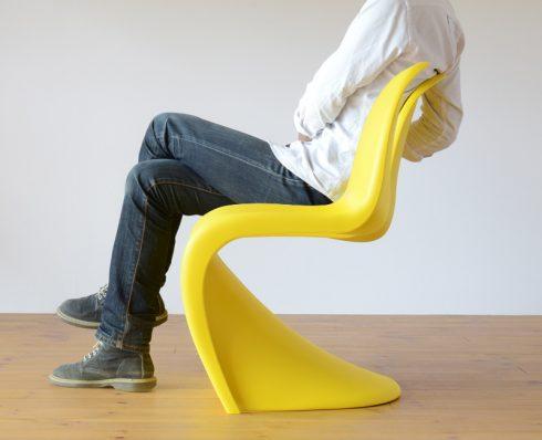 パントンチェアは絶妙なしなり具合で座り心地も快適です