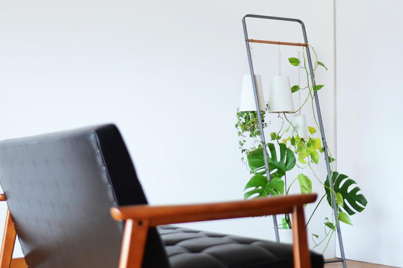 カリモク60 Kチェアと合うハンガーラックに植物を吊るす
