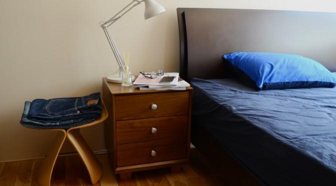 ベッドサイドのテーブル兼収納を826STANDARD UNITで