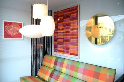 ショーウィンドウのソファーコンパクトと真鍮のレリーフ