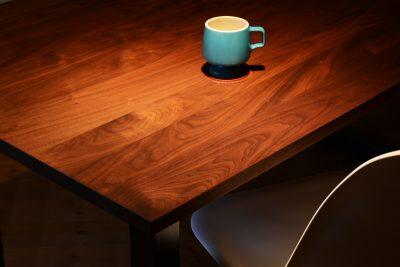 ウォールナット無垢のダイニングテーブルの魅力とは