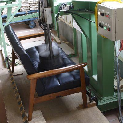 カリモク60 Kチェアのメーカーによる耐久試験の様子