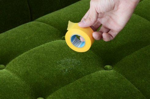 カリモク60 ソファ Kチェア モケットグリーンにかけたカレーの汚れを落とした際についてしまったティッシュのクズをマスキングテープで取る
