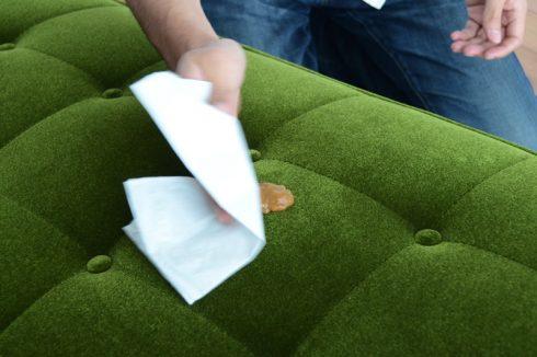 カリモク60 ソファ Kチェア モケットグリーンにかけたカレーを2分間置いた後に拭き取る