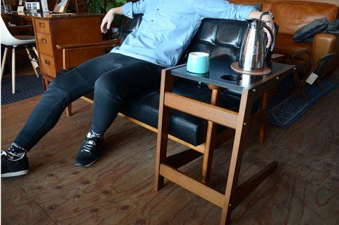 ソファの真ん中に座りテーブルは肘掛をまたぐ