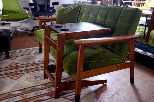 ソファのシートに浮遊するテーブル