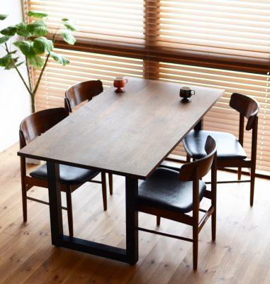 無垢のテーブルで大人なカフェ空間を演出する
