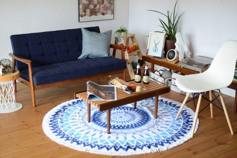 夏でも快適なブルーのソファはビーチタオルとの相性も抜群