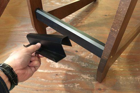 鉄のプレートを曲げ曲げして引っ掛けるレールタイプ