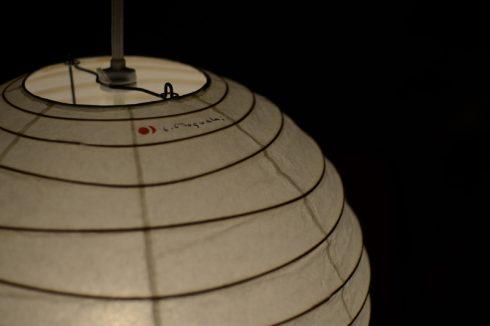 照明は白い蛍光灯の光よりも電球色の暖かい光の方が雰囲気が出ます。