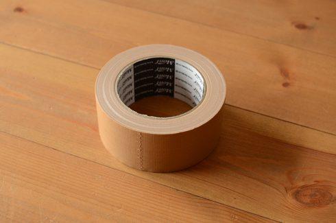 アーロンチェアは重量があるので布ガムテープが推奨です。