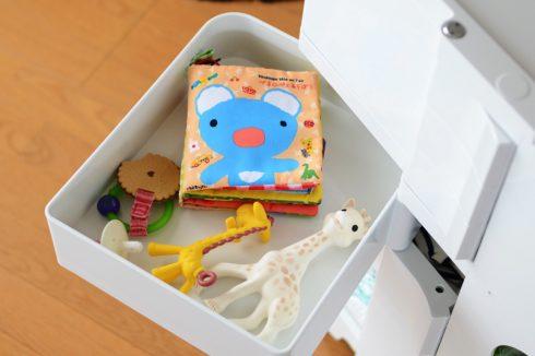 ボビーワゴンの深いトレーにはおもちゃ屋絵本も収納できる