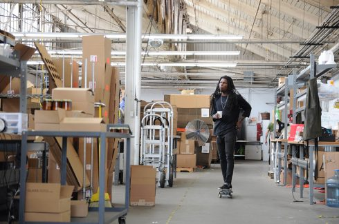L.Aダウンタウンにあるスタジオ内をスケボーで移動するP.F.キャンドルのスタッフ