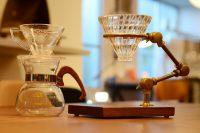 コーヒードリッパーはKONO(コーノ) ドリッパー セット2人用 ウッド(桜)とBRASS & WALNUT FLEXIBLE POUR-OVER COFFEE STAND。