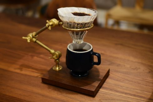 BRASS & WALNUT FLEXIBLE POUR-OVER COFFEE STANDでコーヒーを淹れる時間も楽しむ