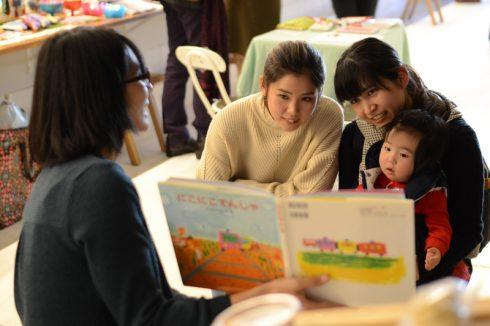 大人も子供も一緒に絵本の読み聞かせに夢中に