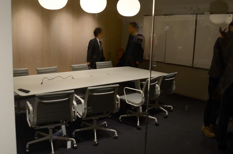 Meeting Spaceと呼ばれるエリアにはファブリック貼りのイームズアルミナムグループマネジメントチェアがずらり