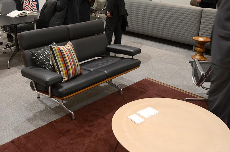 イームズソファとプライウッドコーヒーテーブルの贅沢なセット