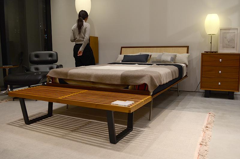 オールブラックのイームズラウンジチェア、ジョージ・ネルソンデザインのシンエッジベッド、プラットフォームベンチ、バブルランプ 、ベーシックキャビネットの豪華な寝室コーディネート