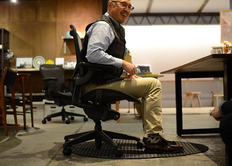 Cサイズで座面を低くしてもらいましたが、足の付け根より膝が上に来ており、少し窮屈そうに見えます。