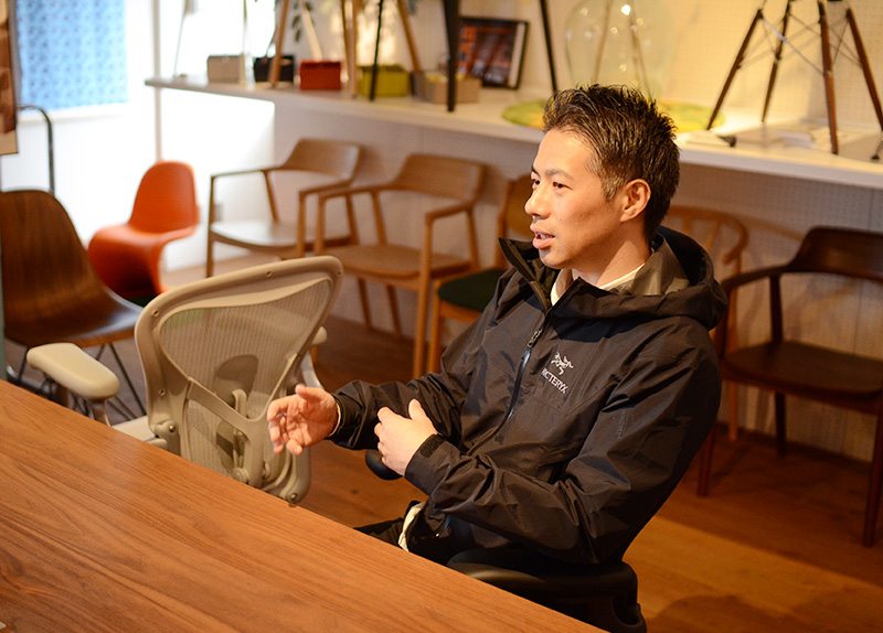 ムラカミはアーロンチェア歴10年以上。おそらく当社一アーロンチェアに座っているスタッフです。