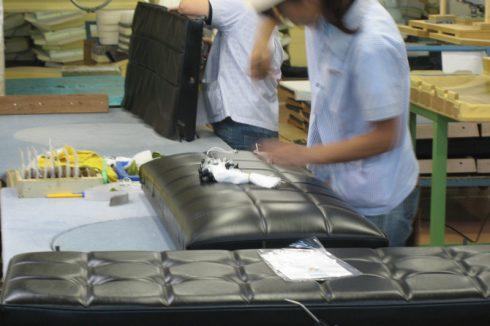 カリモク60の工場でKチェアを作る職人の手仕事