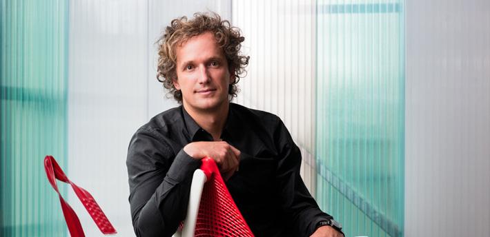 セイルチェアのデザイナー:Yves Behar(イヴ・べアール)氏