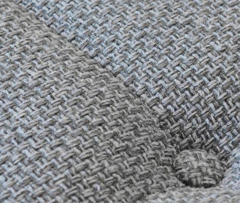 カリモク60の新張り地「ミストグレー」はウールのような柔らかな手触り