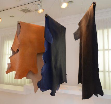 TATSUNO LEATHERのナチュラルブラウン(左)、ブルー(中)、ブラック(右)