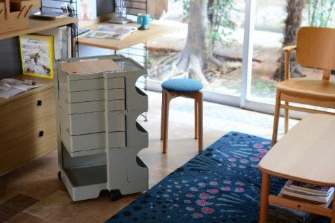 ナチュラルカラーの家具に囲まれたボビーワゴン ユーコングレー