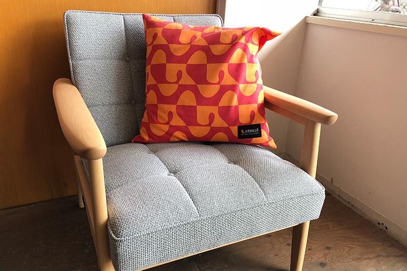 グレーのソファに暖色のクッション
