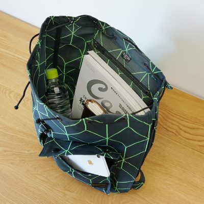 荷物の出し入れも簡単なサイドファスナー付き