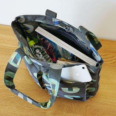 雑誌やペットボトルが難なく入る大容量サイズのトートバッグ