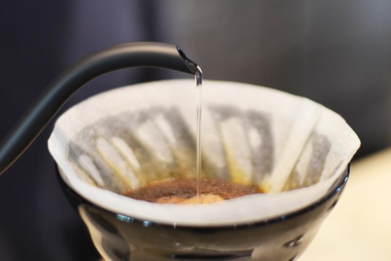 40秒待ち、粉の中心一点に細くお湯を200g注いでいきます