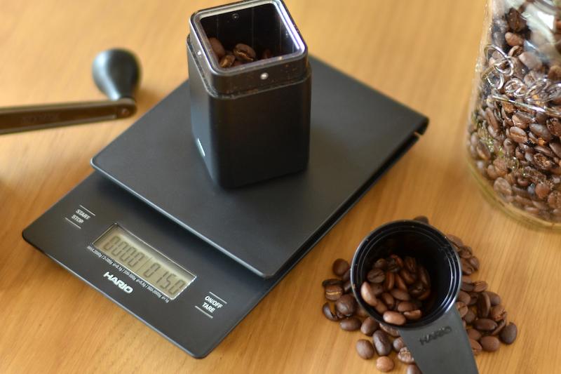 コーヒー豆:15gをHARIO(ハリオ)のドリップスケールで測る