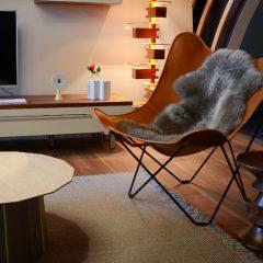 シープスキンを載せるだけでどんな家具も表情をかえる