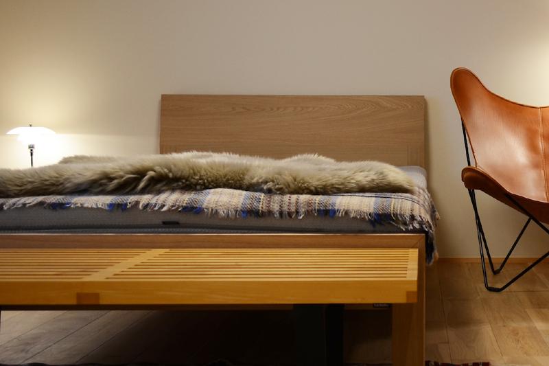シープスキンをベッドサイドやソファの足元に敷いて使う