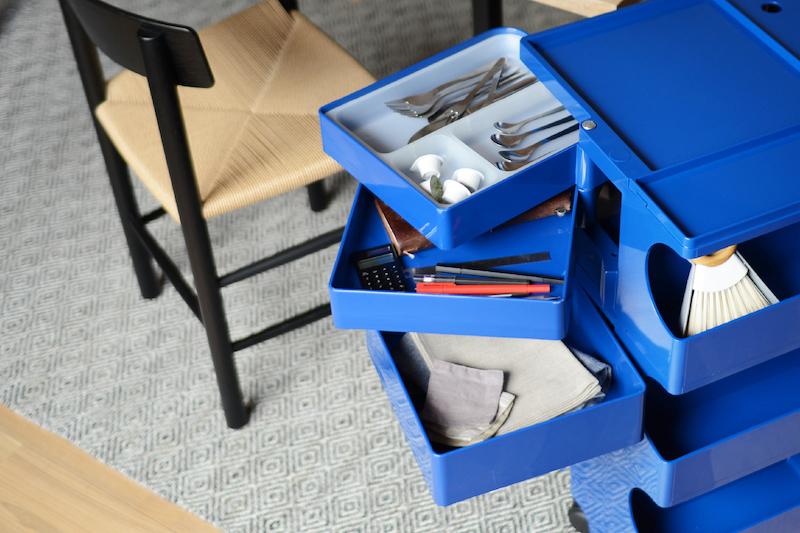 キッチン雑貨だけじゃなく筆記用具も分けて収納できる