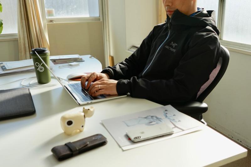リマスタードに座ったラップトップPCの作業スタイル