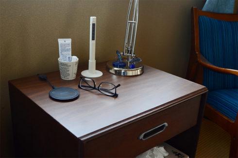 サガワ自室のナイトテーブル。